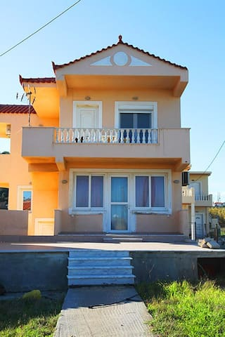 Bright house by the beach (ground floor) - Mourteri