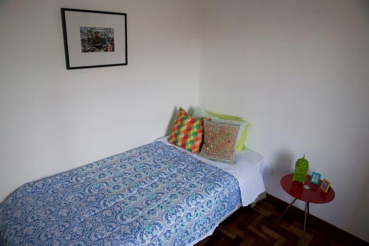 Quarto confortável Centro/Batel/São Francisco