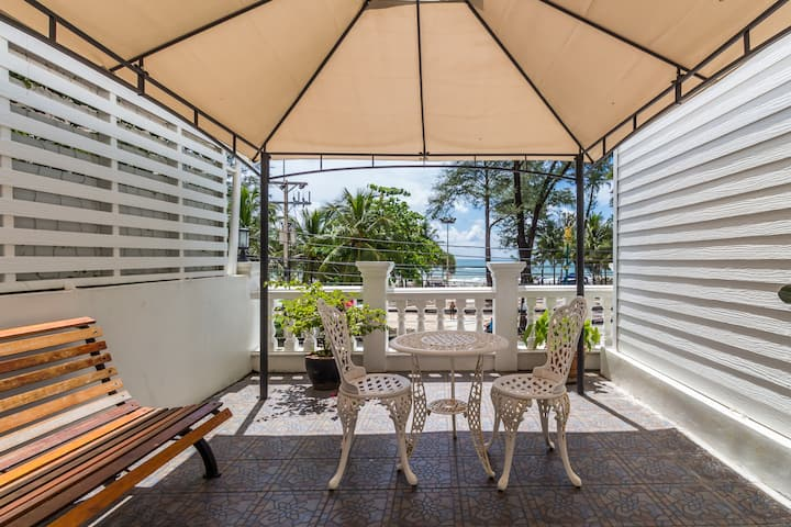 Oceanfront room for 4 with private seaview patio