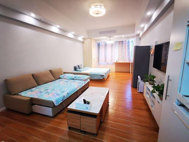 房间很大,客厅和卧室没有隔断,放了一张双人大床,一张双人沙发床