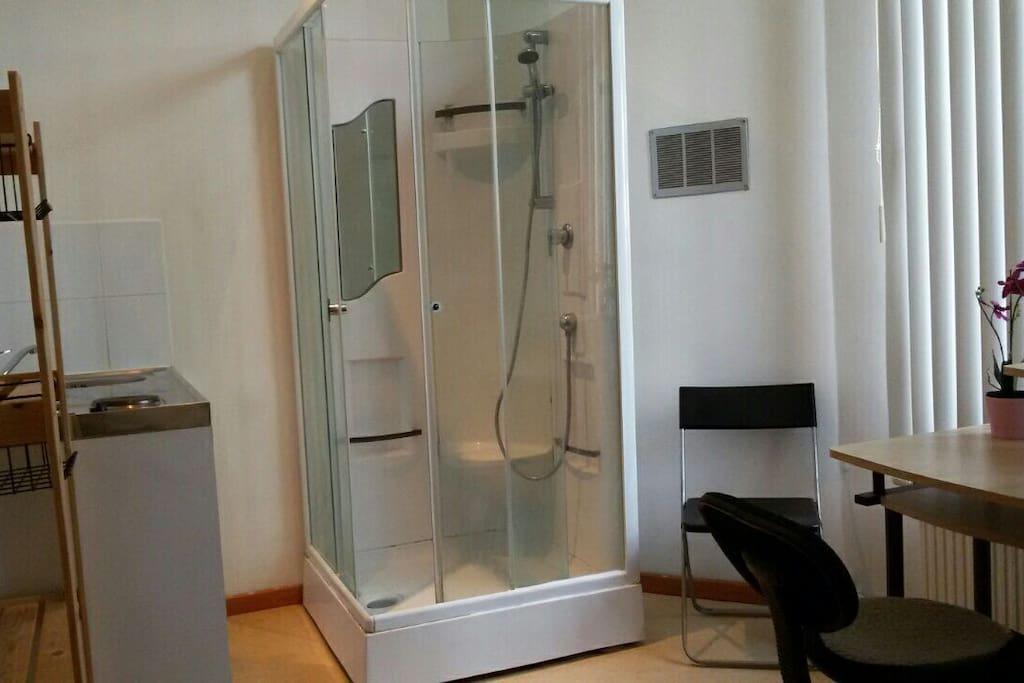 Kitchenette & shower