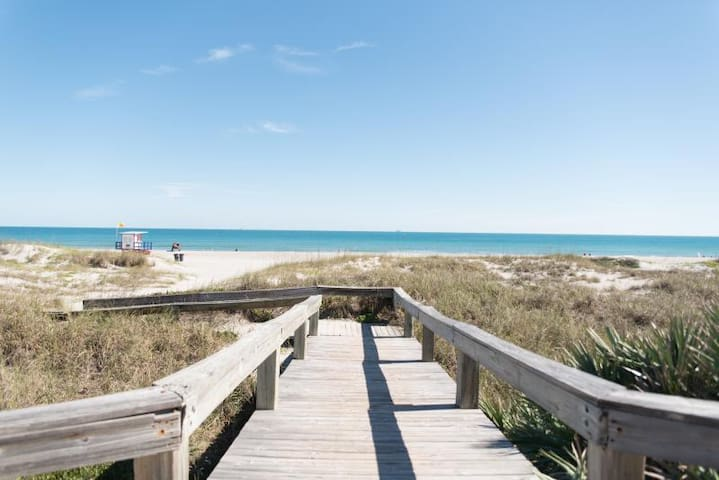 Great Find! Comfy 2BR Suite, Parking, On the Beach