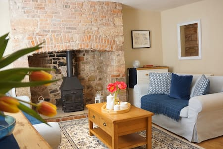 Blue House: Sleeps 5. Spacious & Central