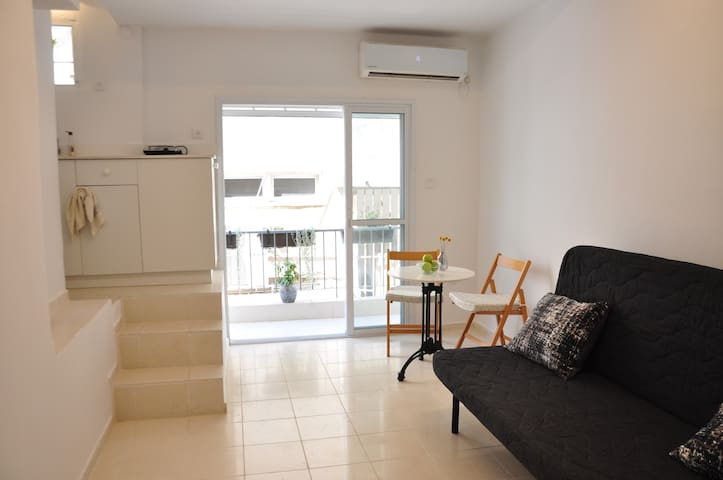 Cozy beach-side studio (Ben Yehuda st)