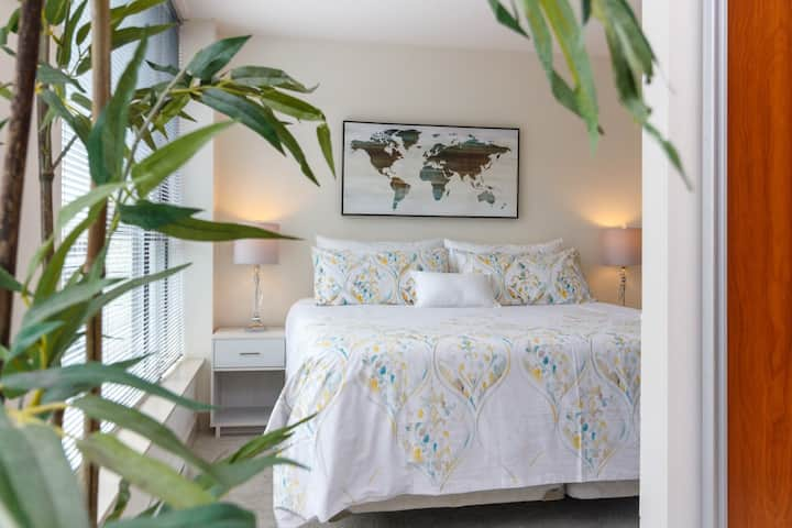 Pets Welcome! King Suite at The Juliet! Rooftop patio, downtown, sleeps 3!