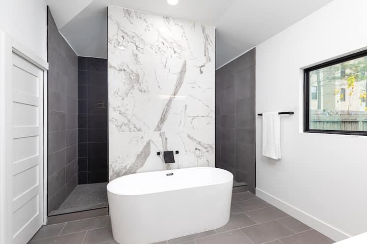 Arthouse, Modern Luxury Getaway w/ Hot Tub near DT