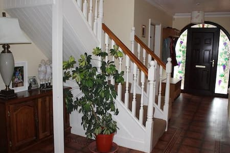 B&B happy family home, non- smokers  & dog lovers - Bed & Breakfast