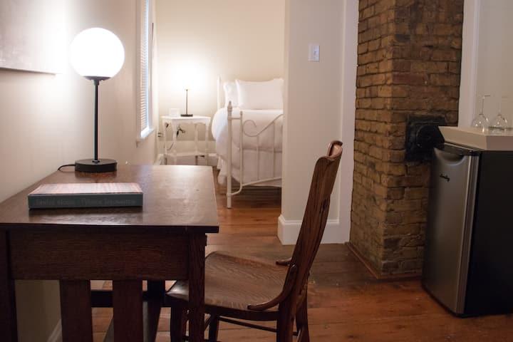Elegant Suite - Centrally located - Private Bath