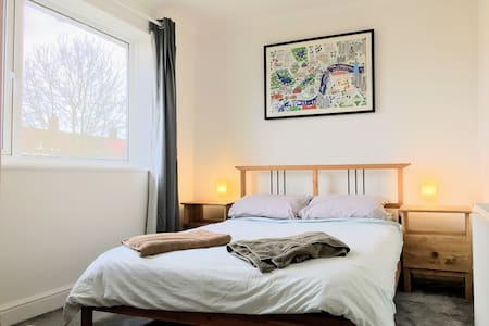 Comfy Double Room 30 Minutes to Central London - Лондон - Дом
