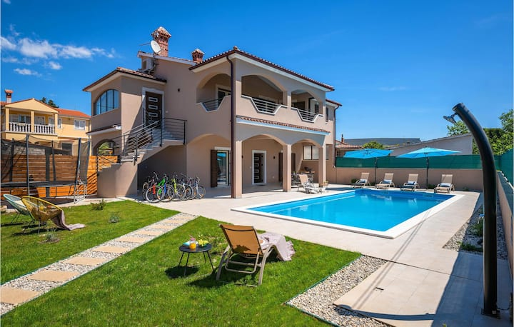 Awesome home in Pula with Outdoor swimming pool, Jacuzzi and Sauna