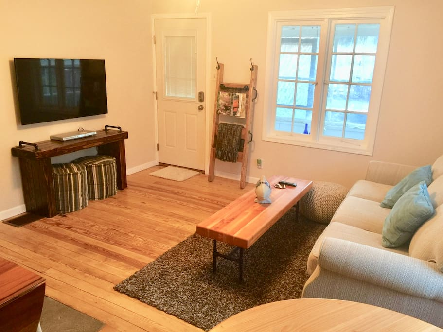 Living room with TV (air cable service)