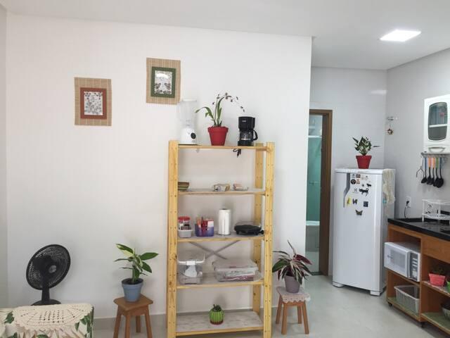 Apartamento mobiliado em condomínio.