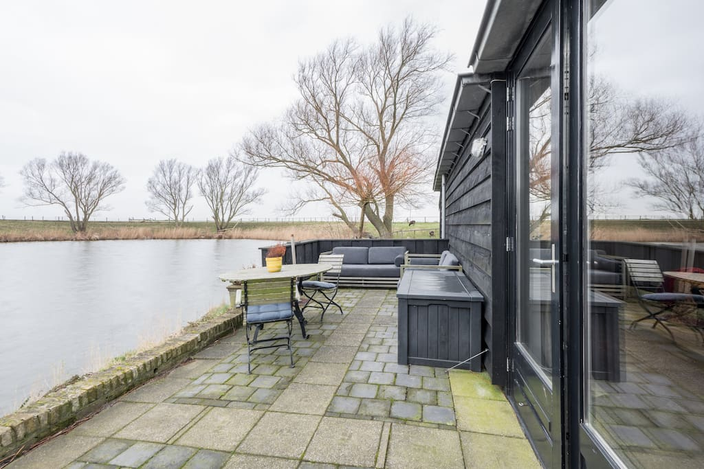 Heerlijk groot terras met met lounge bank en hout kachel
