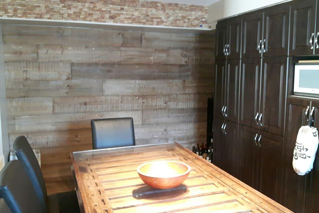 Salle à manger avec table antique et mur en bois de grange