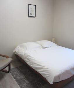 Chambre privée avec sa propre SDB/µonde et frigo - Guyancourt