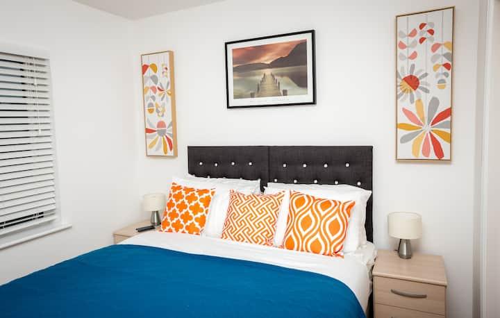 Phileo Suites near Northampton Centre Sleeps 5