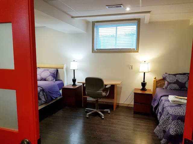 Close to  Airport Priv room in basement 1 or 2beds