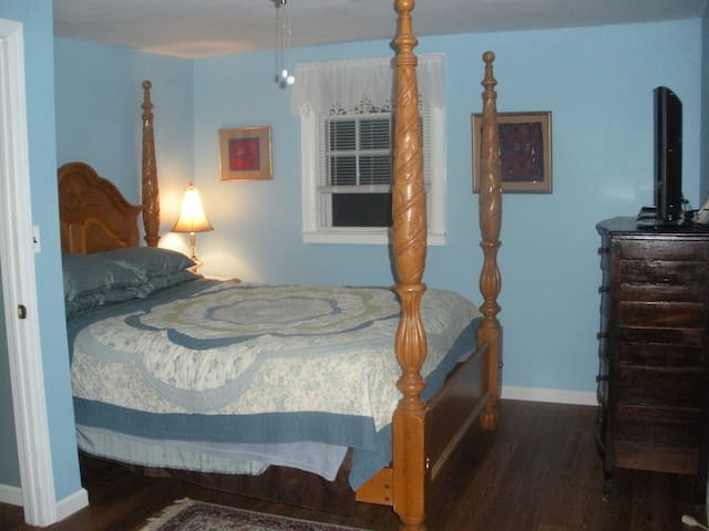 Huntington 2 BR 2nd floor private entrance/bath