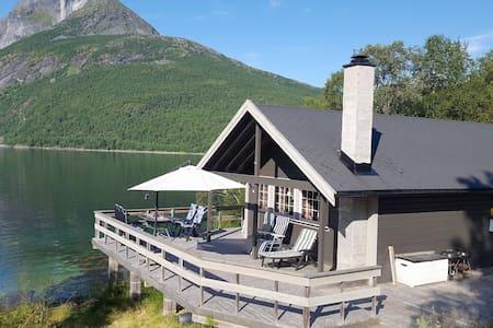Hytte i Tysfjord med høy standard og egen strand