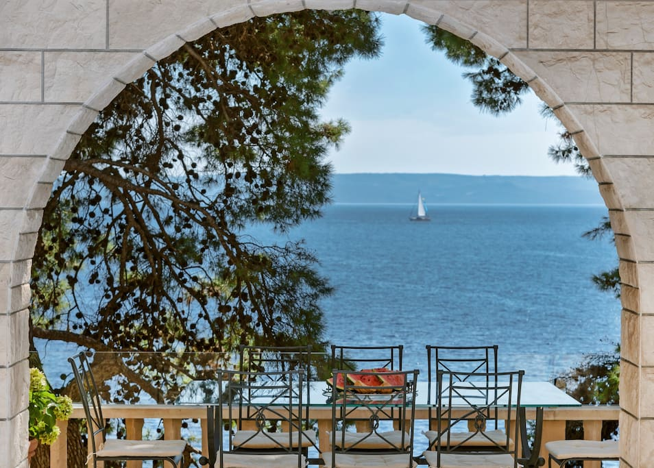 Arch view of the sea
