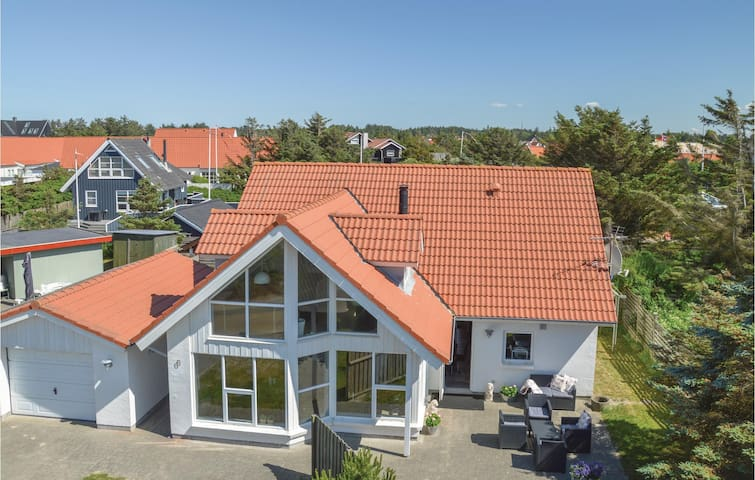 Holiday cottage with 4 bedrooms on 137m² in Blokhus