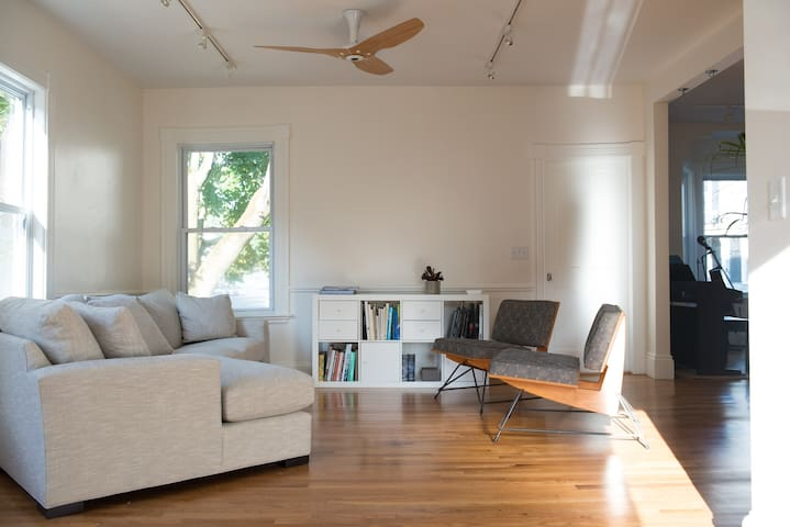 Freshly renovated apartment by Salem Common