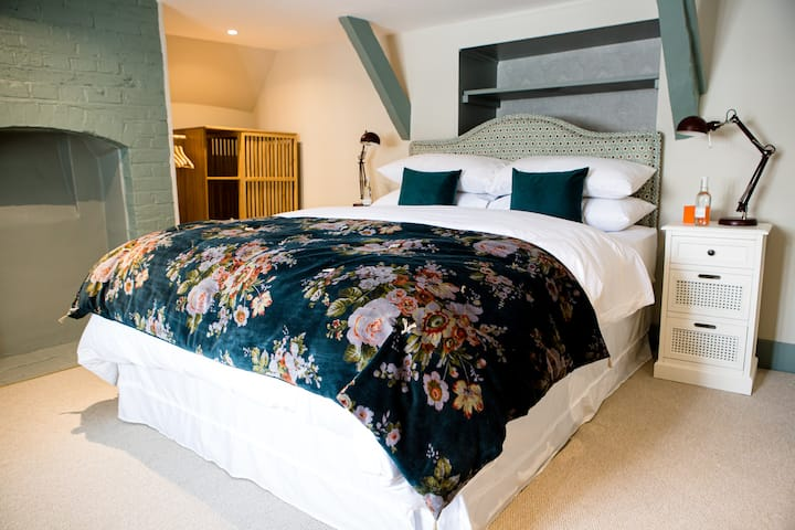 Romantic attic suite,roll top bath - Moore House