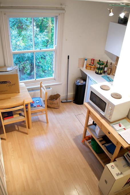 The kitchen - boxes are not there anymore! Mini-oven and microwave, toaster, kettle and of course free tea!
