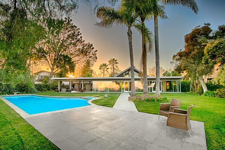 15% OFF to 6/15! Extraordinary Home with Endless Vistas & Pool
