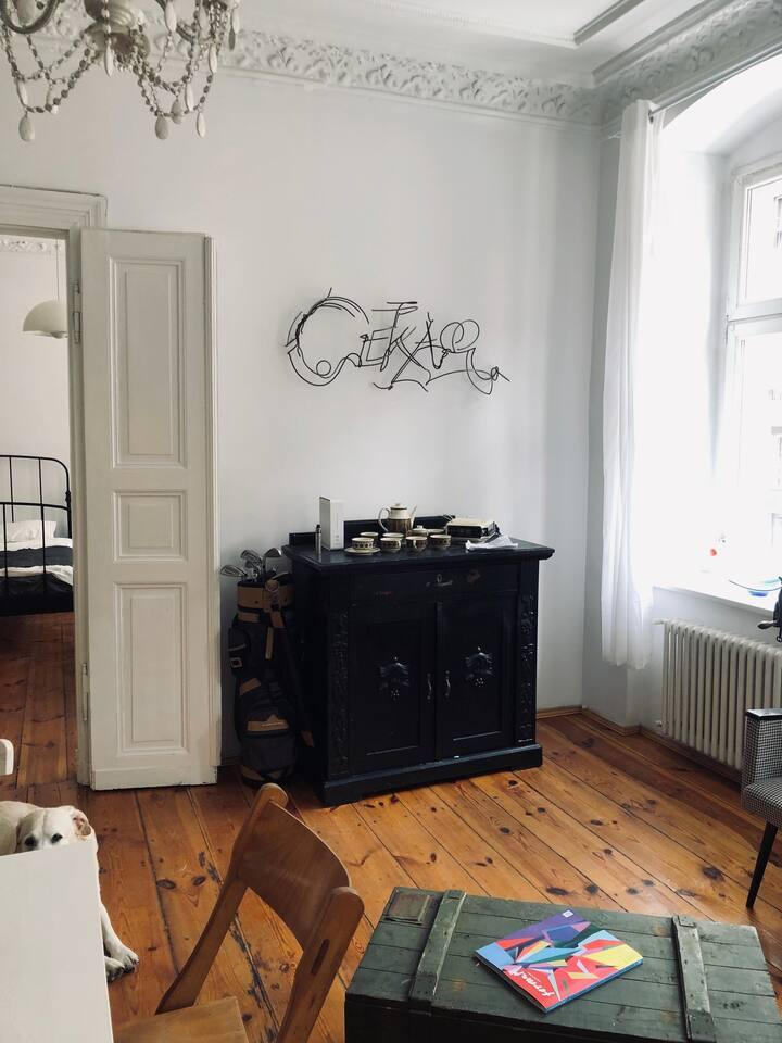 Miejsce ze sztuką w tle / The Art Apartment