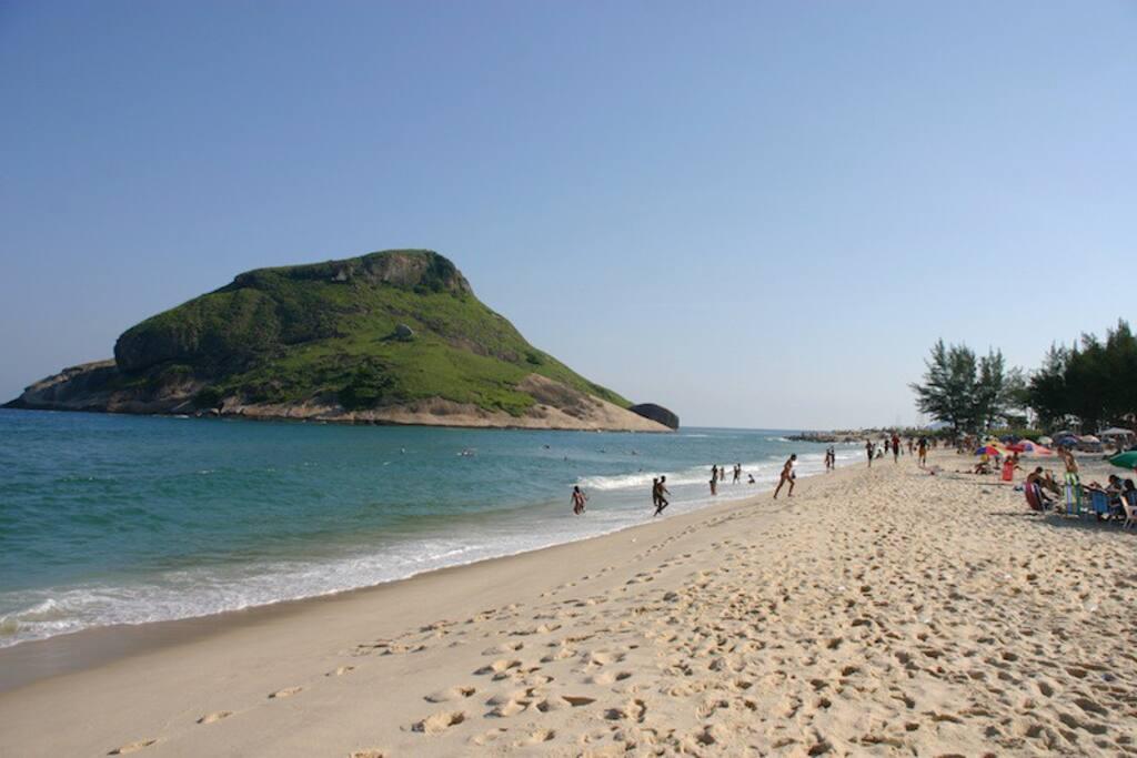 10 a 15 minutos de carro ate a praia do Recreio.  10 to 15 minutes drive to Recreio beach.