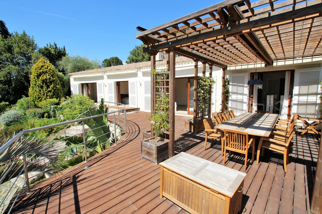 Nie shared patio with BBQ and dining table with pool and sea view