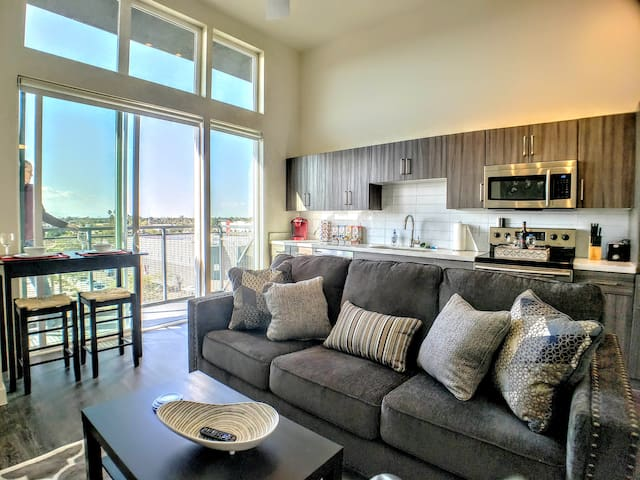C3➔Stunning Top Floor Pad | King Bed | Light Rail