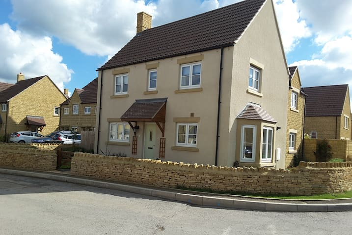 Modern luxury in South Cotswold Village - Sutton Benger - Rumah