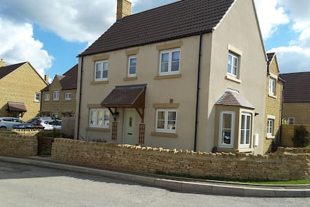 Modern luxury in South Cotswold Village - Sutton Benger - Hus