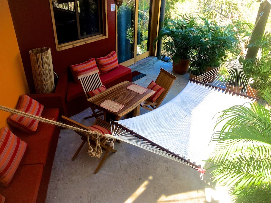 Double hammock, outdoor dining and built in lounges. Very private and tropical patio.