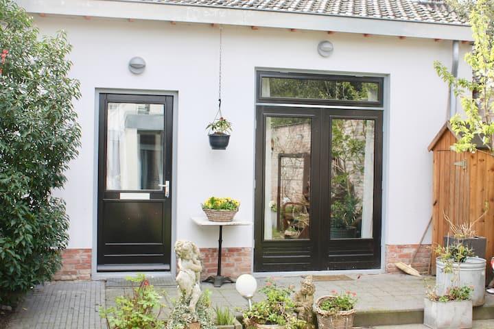 Ulvenhout (NB) : vrijstaand guesthouse met terras