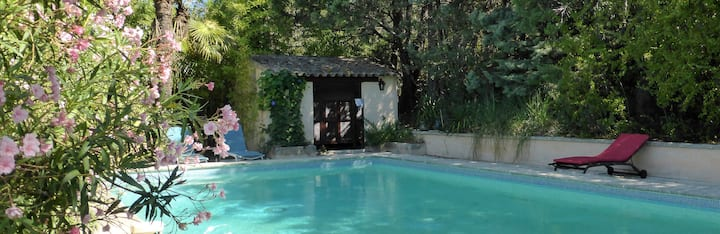 Maison ancienne du XVIIe, vaste jardin et piscine.