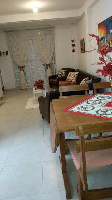 Living room and kitchen (2/2) Sala de estar e cozinha (2/2)