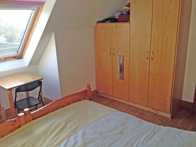 Cosy sunlit double room with shared bathroom
