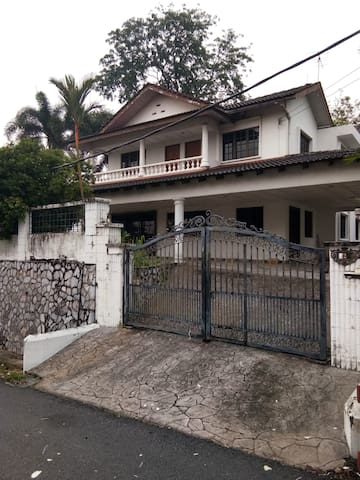 Private house for 8 in KL with ac, wifi, wardrobe