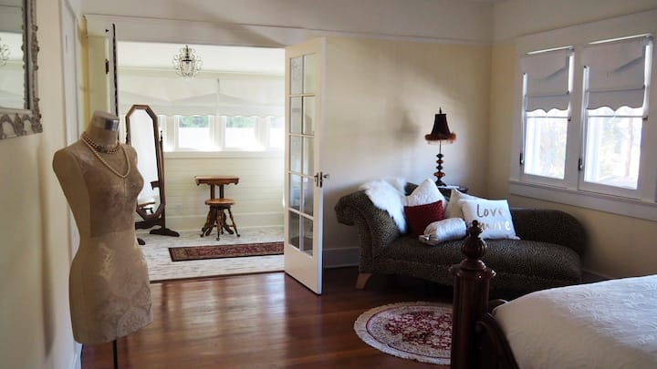 Lady Geneva Bed and Breakfast Medford Deluxe Suite