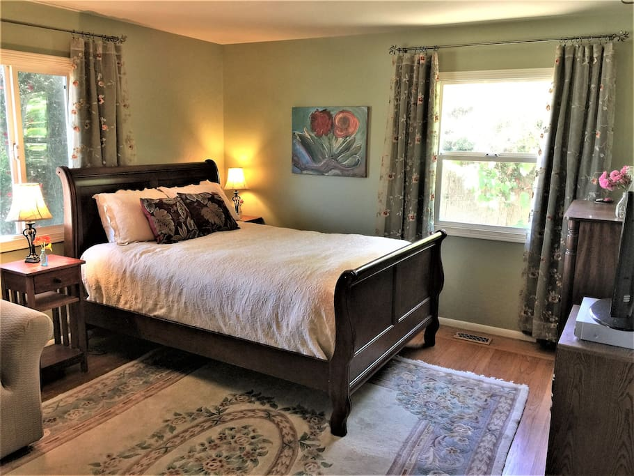 Master bedroom with queen size sleigh bed.