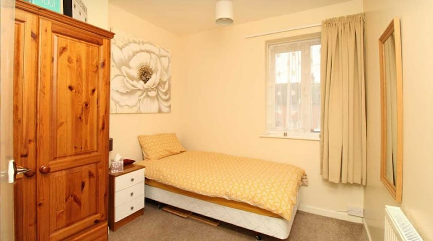 Spacious single room, in a friendly family home