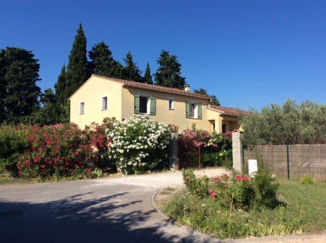 Chambre Privée dans une Villa à Aubignan