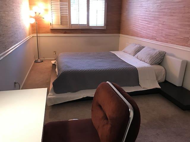 R2#温馨安静雅房,双人床,衣橱,写字台,公用卫生间。