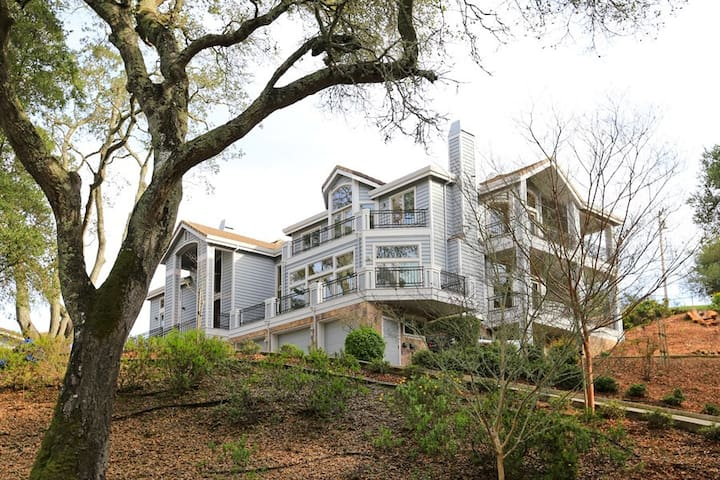 Luxury Wooded Retreat 5 min from Sand Hill Rd.