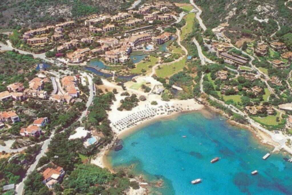 Vista della spiaggia del Bagaglino e del complesso residenziale