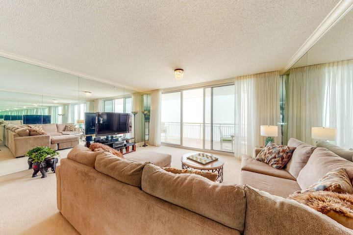 Waterfront condo w/ unobstructed Gulf views, shared pool, tennis, & beach access