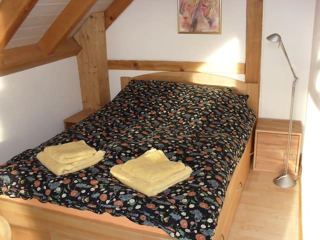 Schlafzimmer mit Doppelbett& Galerie